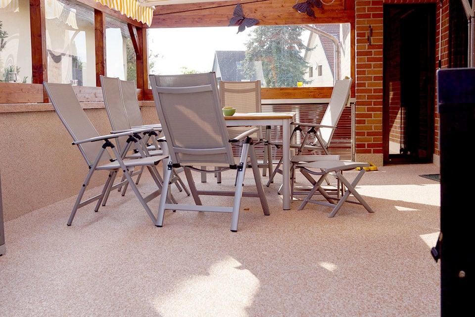 Gartenhausterrasse mit Steinteppich