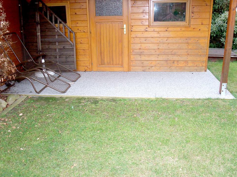 kleine Steinteppich-Terrasse im Garten