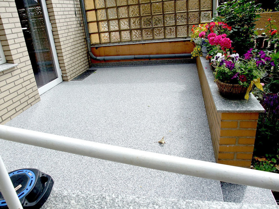 kleine Terrasse mit Stufen aus Steinteppich
