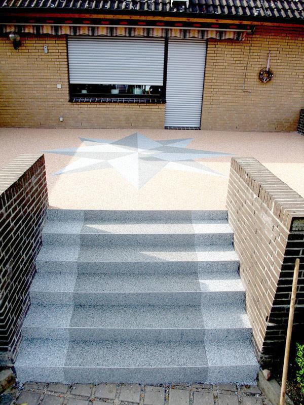Terrasse mit einer Treppe aus Steinteppich