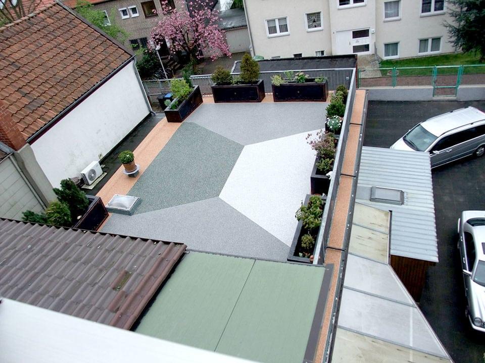 Dachterrasse mit unterschiedlichen Steinteppichfarben