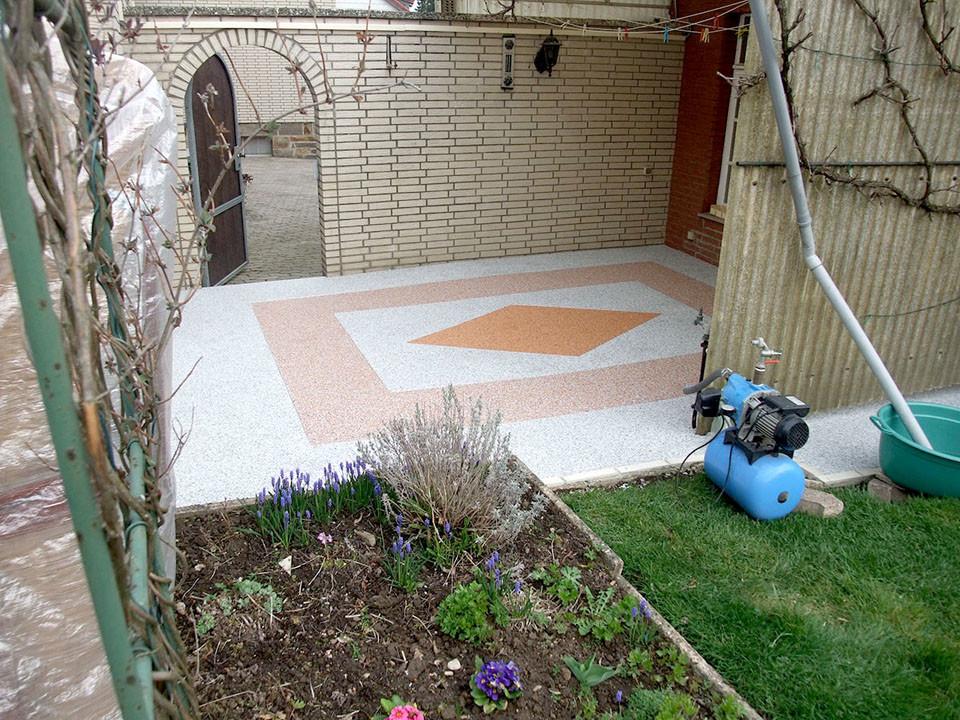Terrasse im Garten mit Steinteppich