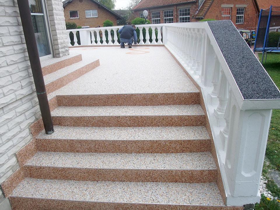 Terrasse Treppe unterschidliche Steinteppich - Farben