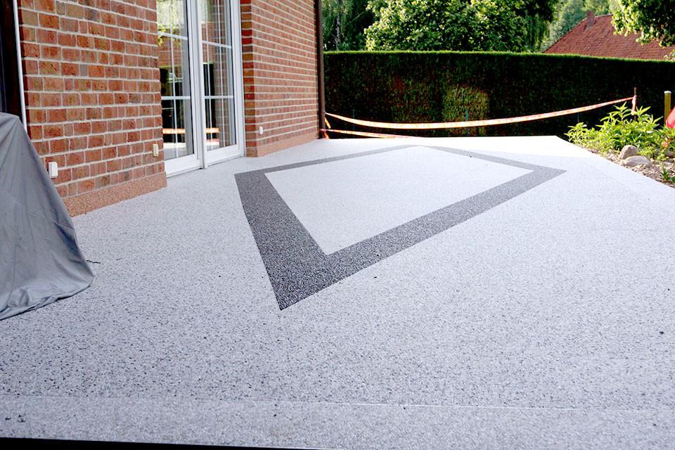 Terrasse mit Raute und Umrandung aus Steinteppich