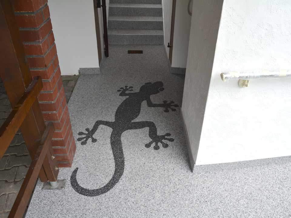 Terrasse mit Gecko als Muster aus Steinteppich
