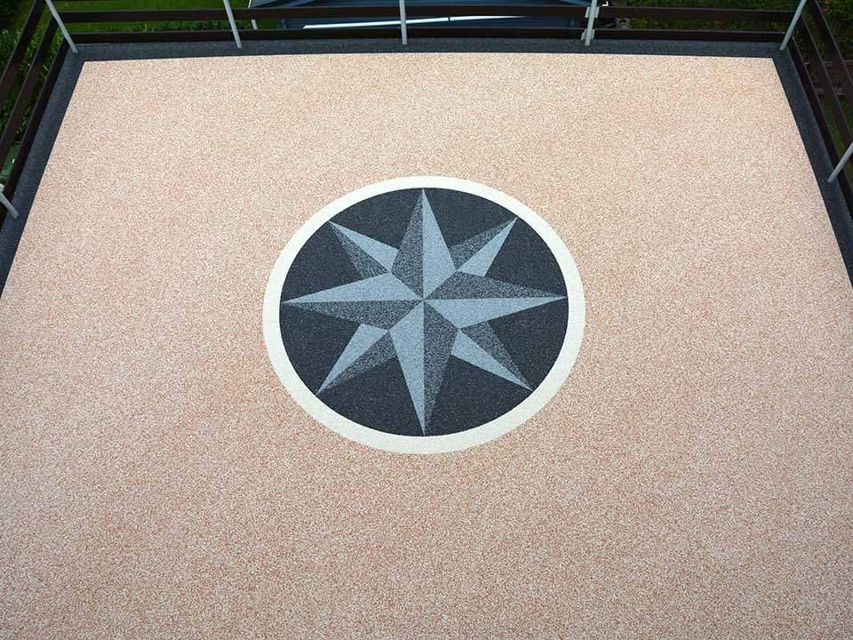 Windrose als Muster auf riesiger Terrasse aus Steinteppich