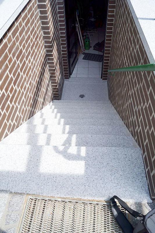 treppe-kellertreppe-steinteppich-bild-1