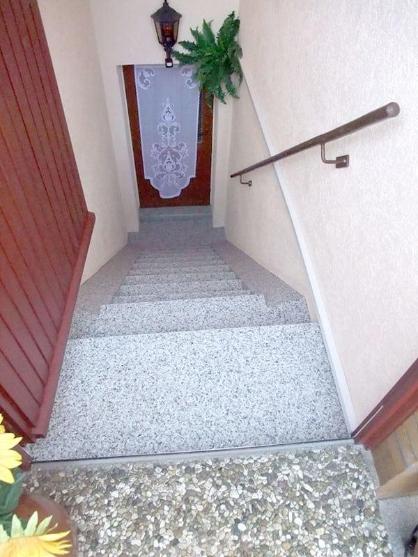 Aussenkellertreppe-steinteppich