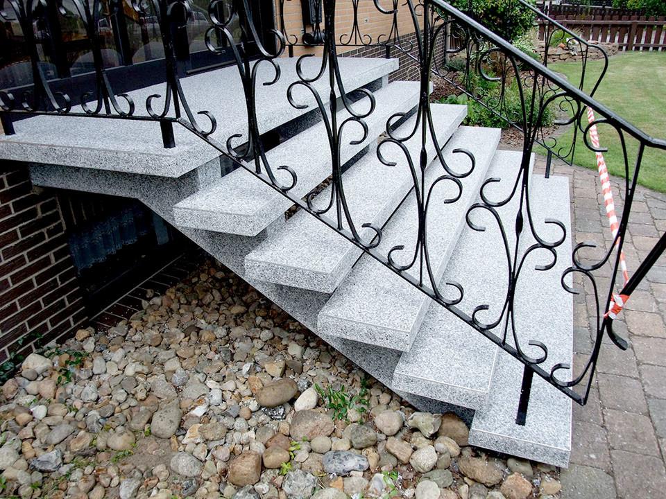 Hauseingangstreppe mit Steinteppich