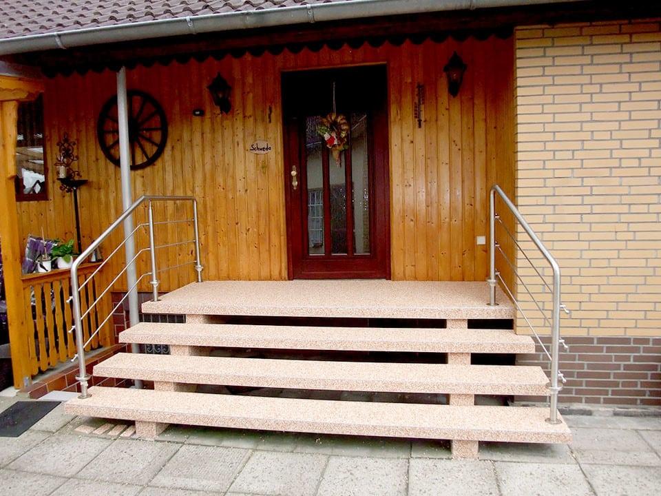 sanierte Eingangstreppe mit Steinteppich