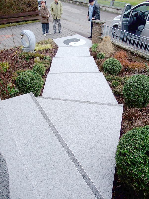 Eingangstreppe mit Steinteppichmusterung