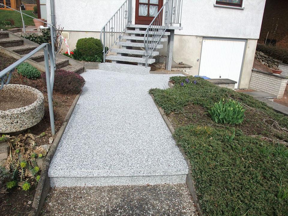 Hauseingang und -treppe aus Steinteppich