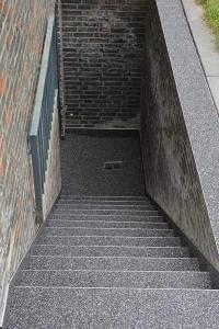 Kellertreppe dicht mit Steinteppich